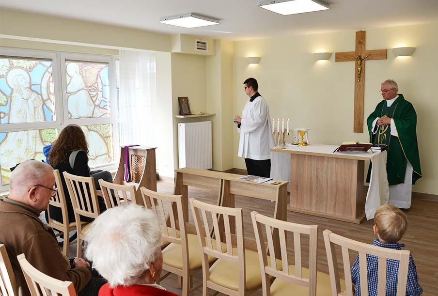 Kaplica i cotygodniowa msza święta - to cenią seniorzy naszego domu Warszawa / Laski