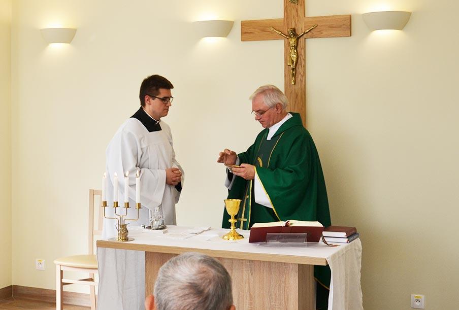 Ksiądz z pobliskiej parafii w domu seniora Laski koło Warszawy