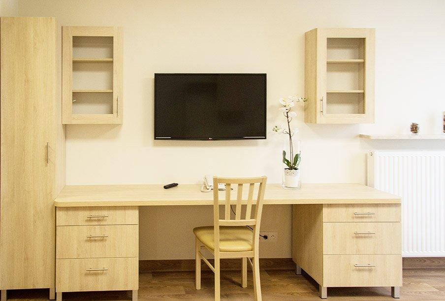 Telewizor, biurko i specjalnie zaprojektowane meble w każdym pokoju