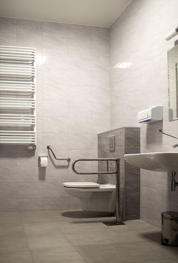 Bezpieczna łazienka wraz z urządzeniami przywoływania dla osób starszych